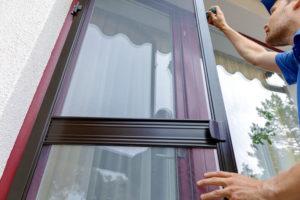 Comment remplacer facilement la moustiquaire d'une porte?